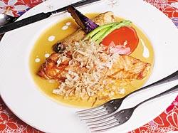▲桔醬鮭魚排以客家桔醬搭配日式柑桔醋,吃起來不油膩。攝影  陳怡誠