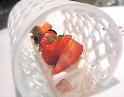 ▲圓網狀的鏤空蛋白糖霜,把松露風味焦糖杏仁冰糕包圍起來,味覺與視覺同等華麗、驚豔。攝影  王瑞瑤