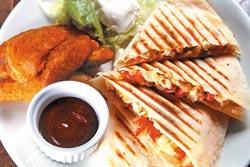 招牌墨西哥雞肉餅/240元▲薄餅包夾雞肉與番茄莎莎,口味清爽極了。攝影  陳信翰