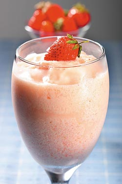 特調優格草莓冰砂/110元▲以新鮮草莓加上鮮奶、優格與冰塊打製,讓冰砂充滿果香與奶香。攝影  鄭夙玲