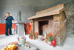 ▲大眾廟與四號福德祠在同一個屋簷下,當地人猜測修建年代相同。攝影  王曉鈴