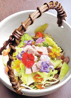 ▲黑鮪花語梅汁沙拉利用繽紛的食用花卉與酸甜的梅汁增香提味,創造料理大驚奇。攝影  王英豪