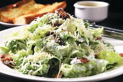 ▲凱撒沙拉/888元家庭套餐沙拉,單點一人份100元/大陸妹做的凱撒沙拉,口感清脆多汁,未來會隨季節換回蘿蔓或其他生菜。攝影  楊為仁