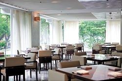 ▲去年全新裝潢的台北老爺酒店中山日本料理廳,純白裝潢搭配窗外綠意,不但日籍總經理天天報到,女企業家殷琪也是常客。攝影  鄧博仁