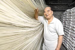 ▲做麵線需要體力,老老闆劉欽賢現在70多歲,身體相當硬朗。攝影  鄧博仁
