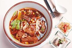 阿基師牛肉麵/180元▲先用水煮牛肉,調味料最後放,是阿基師經常掛在嘴上的理論,本土牛肉的風味濃郁,的確美味。攝影  高政全