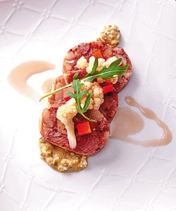 火炙自然豬膠質脆捲佐花椰醋丁香泡菜/1180套餐▲肉捲以豬頭肉內含的組織組合而成,集軟黏Q脆於一體。攝影  王英豪