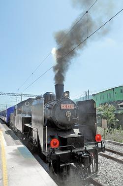 風光復駛▲日據時代引進已有74年的CK124蒸汽火車頭,昨重現舊山線,汽笛聲和濃煙讓人勾起許多回憶。攝影  陳慶居