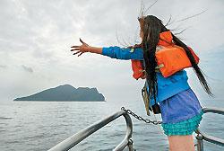 ▲龜山島海域進入賞鯨旺季,搭上賞鯨船尋找鯨豚,同時繞島一圈。攝影  王錦河