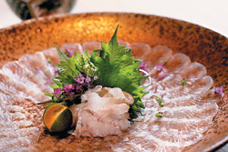 ▲薄切的比目魚,薄透到幾乎可以看到底下盤子的花樣,「比目魚薄切」這道料理考驗的是師傅的刀工。攝影  鄧博仁