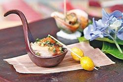 前菜▲這道是海螺佐美奶滋和雞肉,魚道生也強調熟食料理,晚間套餐1800元起跳。攝影  方濬哲