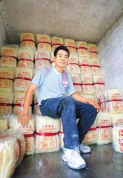 ▲正裕米粉工廠的老闆李健炎在米粉堆裡長大,每天開著貨車到埔里、新竹送米粉。攝影  范揚光