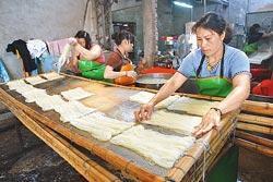 ▲芬園的米粉是水粉,過水後要一撮一撮的在竹片上陰乾。攝影  范揚光