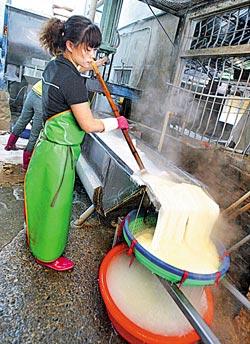 ▲水粉就是把原料下水煮過的米粉,工作環境非常熱。攝影  范揚光