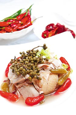 國賓川味泡椒雞/420元▲在將鹽味雞放再以鮮藤椒、鮮山椒和泡椒等做成的泡菜水中浸泡,是開胃冷盤。攝影  王英豪、方濬哲