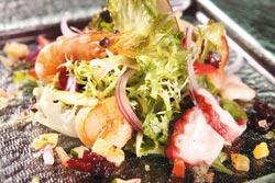 海鮮水果沙拉佐薰衣草蜂蜜油醋套餐的沙拉▲將鮮蝦、干貝和北極貝等食材拌入蔬果內,淋上蘋果醋、義大利油醋和蜂蜜,酸甜清爽。攝影  楊為仁