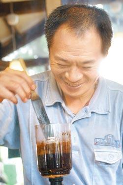 ▲因為是日式老宅,不能用火,所以傑哥只能用昂貴的滷素燈咖啡壺煮咖啡,這讓他看起來更酷。攝影  范揚光