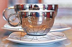 ▲「滴咖啡」的德國studio-line古瓷杯照出店內好風景,這是老顧客最愛的一只杯子。攝影  范揚光