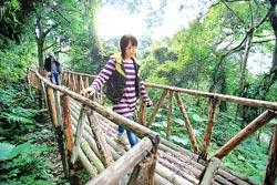 ▲前往野要農園,要先通過一道橋,那是象徵泰雅族的彩虹橋。攝影  黃國書