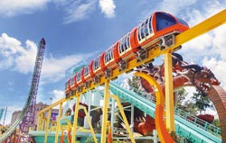 ▲在義大世界可搭乘輕軌車連結商場與遊樂園。攝影  范揚光