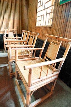 ▲源笙竹炭社除了製作竹炭,也製作傳統竹家具,還可幫忙蓋竹屋。攝影  陳志東
