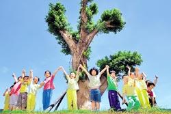 台中市府建設處定期修剪行道樹,將不同樹種剪成各種風貌,為街道增添有趣景觀。(盧金足攝)