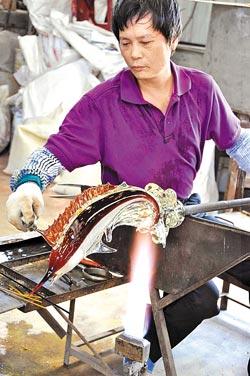新竹玻璃藝術家林瑤農堅持用坩堝吹製玻璃,讓玻璃創作增添傳統之美。(李坤建攝)