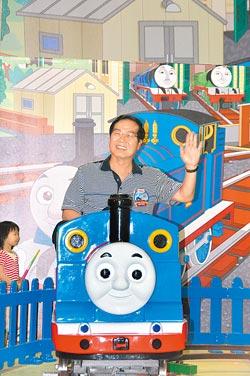 縣長坐「ㄅㄨㄅㄨ」,邀各地小朋友來南投和湯瑪士小火車作伴。(沈揮勝攝)