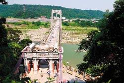 大溪依山傍水景色美,大溪橋尤其是許多情侶喜愛的拍照地。■陳志東/攝影