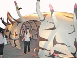 科博館《福蝶 Formosa》特展中,還設立放大版的蝴蝶蛹模型,十分逗趣。(馬瑞君攝)