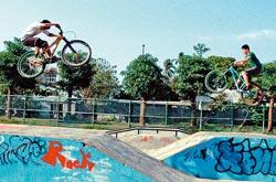 切磋特技▲屏東競技單車人口成長,常可在公園或街頭看到車友表演高難度特技。(林和生攝)