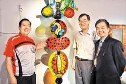 2010新竹市國際玻璃藝術節,即將於7月31日起璀璨登場,市長許明財(左)邀請全國民眾踴躍蒞臨,近距離欣賞玻璃藝術之美。(李坤建攝)