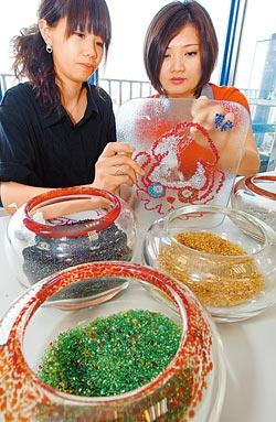 在春池玻璃風情館可DIY具個人風格的玻璃藝品。許正宏/攝影