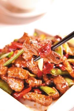 豉椒小牛肉/420元豆豉藉由朝天椒、雞心椒的不同辣味深度,提升它的鹹香層次,搭配特選腓力牛肉,口感柔嫩滑順夠味。■楊為仁/攝影