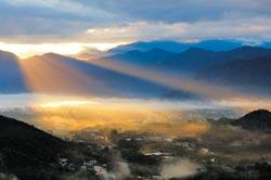 人間仙境▲被喻為「台灣3大攝影勝地」的魚池鄉槌仔寮,雲海、霞光和日出景況,比阿里山還穩定,且山巒的層次感更勝一籌。圖為斜光透射在魚池盆地,美得像詩畫。(沈揮勝攝)
